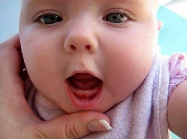 Đối với những bé 6 tháng tuổi vệ sinh răng miệng cũng đơn giản nhanh chóng - 1