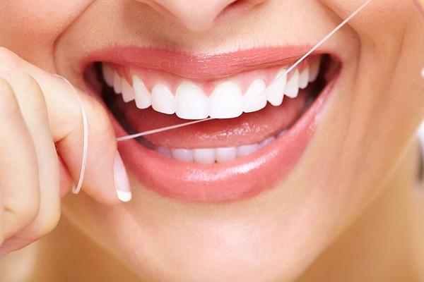 Sử dụng chỉ nha khoa để đảm bảo răng luôn sạch sẽ không mắc thức ăn -1